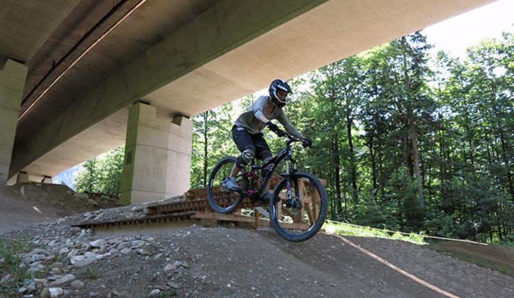Nur wer sein Downhill-Bike beherrscht hat Spaß an der Sache! In diesem Downhill Fahrtechniktraining geht es um Sicherheit mit und rund ums Bike.