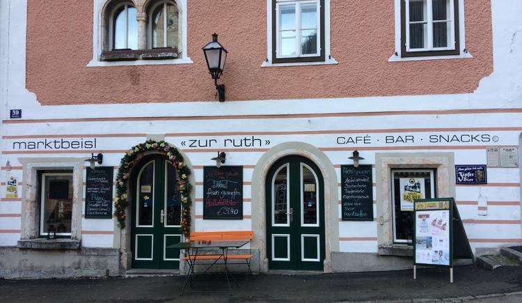 Das Marktbeisl zur Ruth befindet sich direkt am historischen Marktplatz von Hallstatt und bietet eine Auswahl an erfrischenden Limonaden und alkoholischen Getränken an.