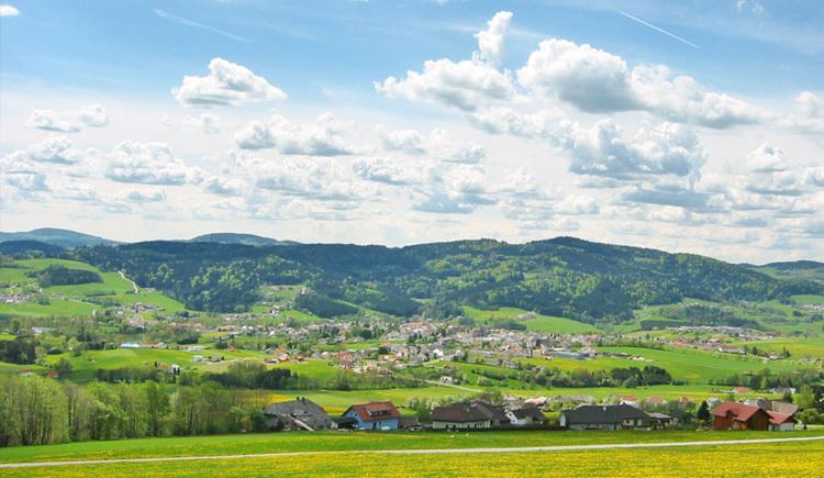 Auf dem Mühltalblickweg in Aigen-Schlägl die Weitblicke der zauberhaften Landschaft der Ferienregion Böhmerwald erleben.