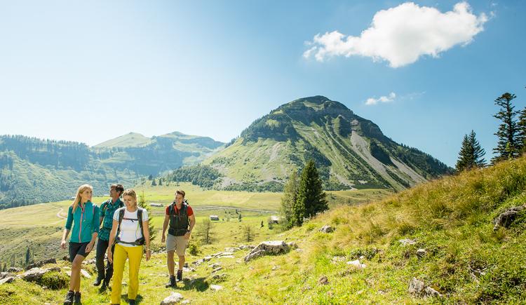 Wanderer mit Gennerhorn im Hintergrund (© Fuschlseeregion-Erber)