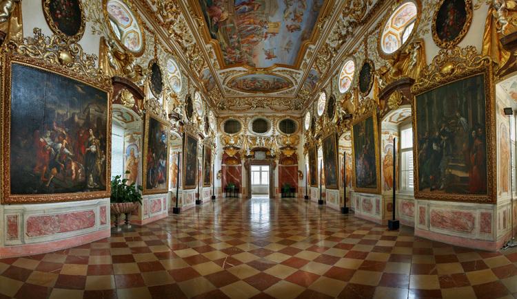 Barocker Prunksaal mit reicher Stuckverzierung an der Decke und den Wänden. (© OÖ Tourismus /Röbl)