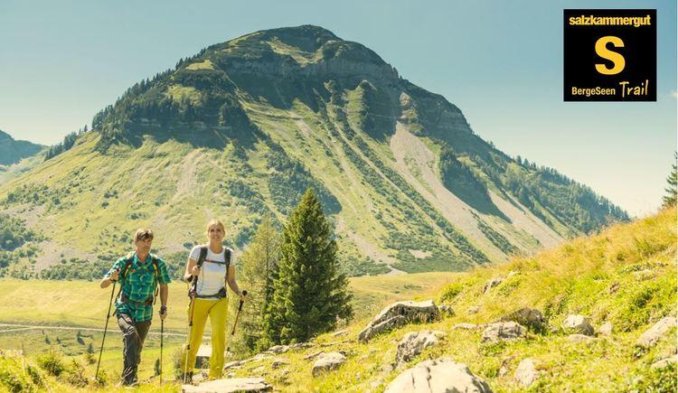 Pärchen wandert vor Genner_Berge Seen Trail (© Fuschlsee Tourismus/Erber)