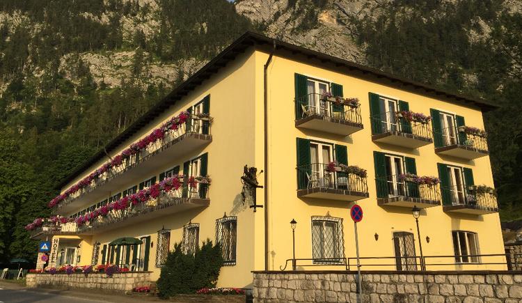 2020_Aussenfassade_Blick zum Schoberstein_Hotel Post (© Hotel Post)
