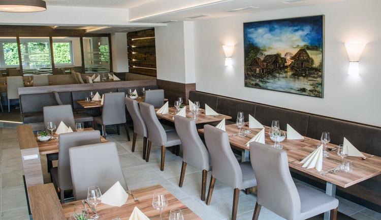 Blick auf gedeckte Tische im Cafe Restaurant Sailer in Seewalchen am Attersee