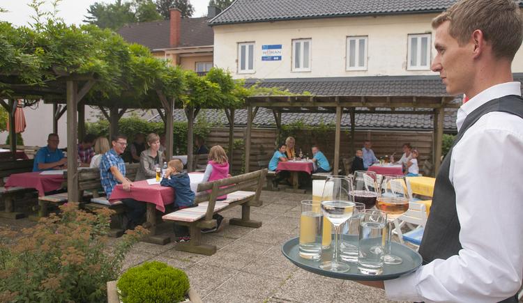 Willkommen im Gastgarten am Fuße der Greinburg.