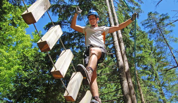 Der Teamgeist der gesamten Gruppe ist bei Betriebsausflug und Vereinsfahrt gefragt. Der Gang am Mohawk-Walk in 50 cm Höhe steht an. Zielführend ist hier ausschließlich das Miteinander. Danach geht es hoch her im Wald-Hochseilgarten am idyllischen Gleinkersee in Oberösterreich. Sie balancieren über Hängebrücken, Schwebebalken, Waldsnowboard uvm. oder gleiten sanft über lange Seilrutschen von Baum zu Baum. 6 Parcours bieten Herausforderungen für alle, vom Anfänger bis zum geübten Klettermax. Der Abenteuerpark ist bei Gruppenreisen ein beliebtes Ausflugsziel für Jung und Alt.\n