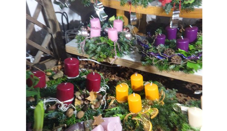Adventkränze mit Kerzen. (© Tourismusverband MondSeeLand)