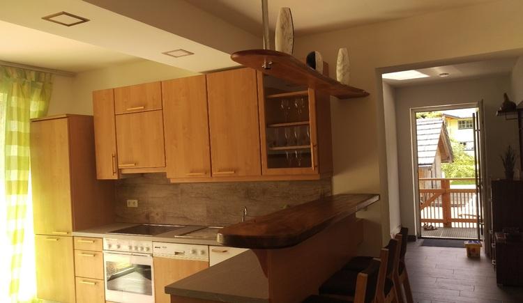 Die komplett ausgestattete Küche bietet genügend Platz.