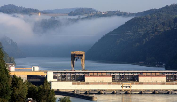 Donaukraftwerk Aschach im Morgennebel