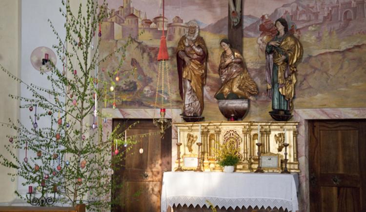 Kalvarienbergkirche, Perg, Oberösterreich, Altar für Ostern geschmückt