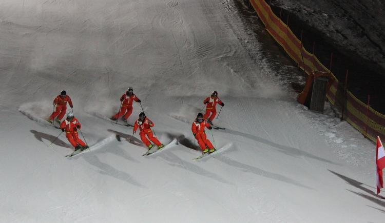 Schilehrer beim Formationsfahren. (© TV Dachstein Salzkammergut)