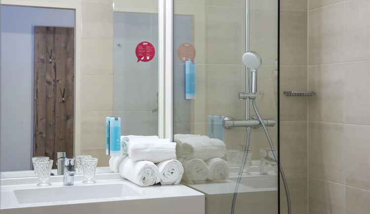 barriere-free bathroom with shower and towels