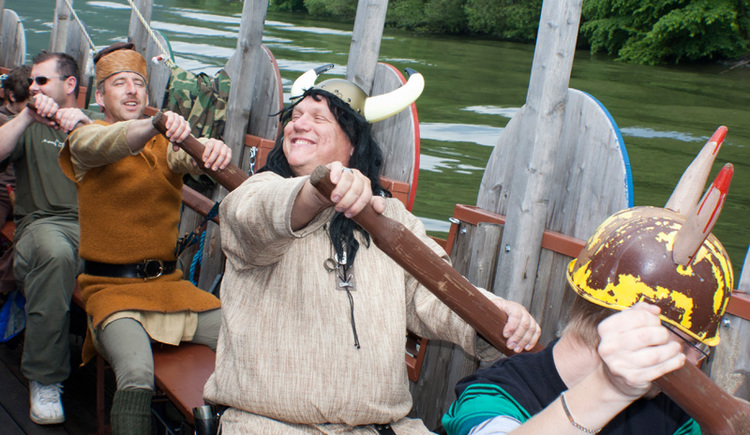 Wikinger beim Rudern auf dem Wikingerschiff im Oberen Donautal (© Koblmüller)