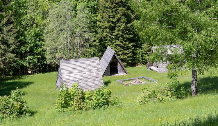 Lagerfeuerstelle mit Hütten