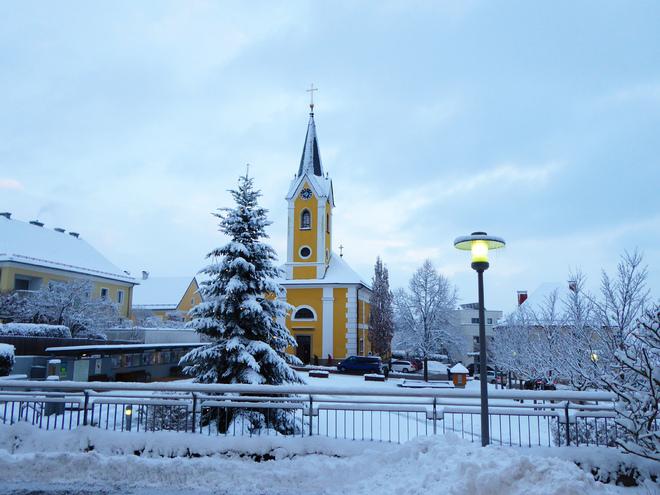 Pfarrkirche Alberndorf mit Christbaum (© Tanja Mittermair)