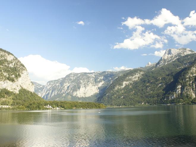 Hallstättersee mit Bergpanorama (© Ferienregion Dachstein Salzkammergut)