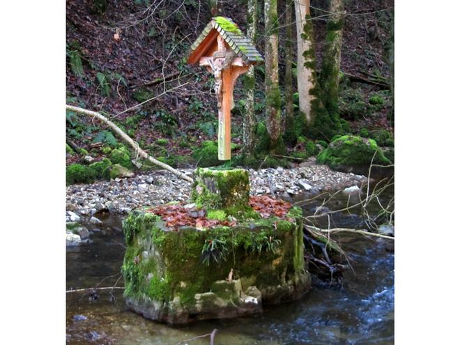 Kreuz in der Zeller Ache (© Annelu Wenter)