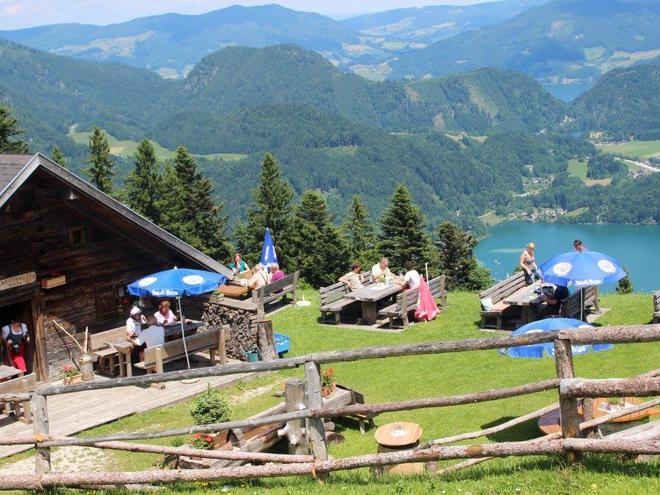 Die Lärchenhütte mit Ausblick auf den Wolfgangsee (© Lärchenhütte)