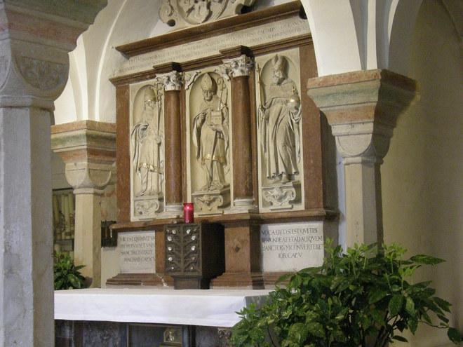 Start in St. Emmeram das Grab des hl. Wolfgang (© Hans Wieser)