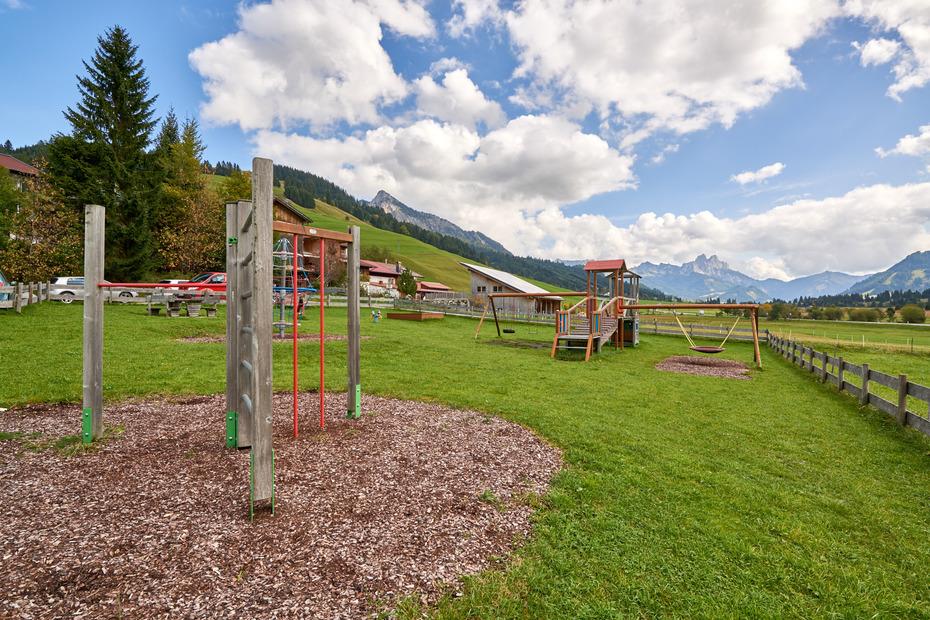 Schöner Kinderspielplatz am Ortsrand von Zöblen